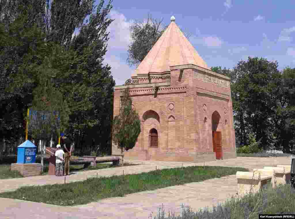 Мавзолей Бабаджа хатун. Жамбылская область, 28 августа 2012 года.