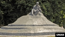 Пам'ятник Тарасу Шевченку в місті Ромни Сумської області. Точна бронзова копія першого монументального пам'ятника Тарасу Шевченку у світі, який був відкритий на цьому ж місці 27 жовтня 1918 року за часів Української Держави