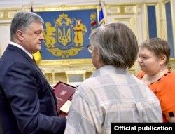 Пятро Парашэнка (зьлева) і бацькі Міхася Жызьнеўскага