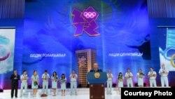 Description: Қазақстан президенті Нұрсұлтан Назарбаев (ортада) олимпиада чемпиондарының алдында сөйлеп тұр. Астана, 17 тамыз 2012 ж.