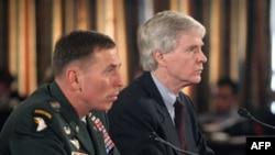رایان کروکر (راست) و ژنرال دیوید پترائوس، گزارش وضعیت عراق را به کنگره ارائه می کنند.( عکس: AFP)
