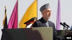 حامد کرزای، تعقیب شورشیان در خاک پاکستان را حق افغانستان دانست.(عکس: EPA)