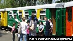 Шеврон у кольорах угруповання «ДНР» на юній «працівниці» Малої донецької залізниці