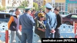 Туркменские власти усиливают надзор за очередями