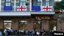 Tbilisidə Gürcüstan və AB bayraqları ilə bəzədilmiş restoran.