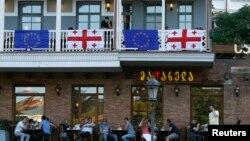 Եվրամիության և Վրաստանի դրոշները Թբիլիսիի ռեստորաններից մեկում, արխիվ