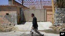 Човек поминува пред канцеларијата на гувернерот во Парван