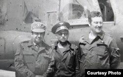 Каля верталёта ў 30-кіламэтровай зоне (крайні справа – Анатоль Гнеўка, фота з асабістага архіву)