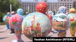 Фигуры, символизирующие страны, участвующие в выставке ЭКСПО. Астана, 13 июня 2017 года.