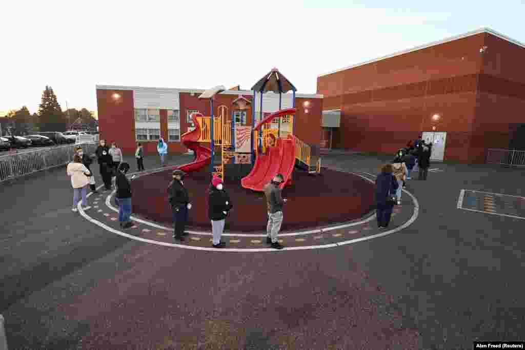 Egy pennsylvaniai általános iskola előtt sorakoztak a választók.