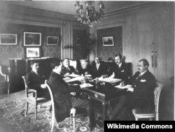 Parisdə Azərbaycan parlamentinin Topçubaşovun başçılıq etdiyi nümayəndə heyəti. 1919