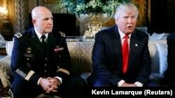АҚШ президенті Дональд Трамп (сол жақта) өзінің ұлттық қауіпсіздік мәселелері бойынша жаңа кеңесшісі Герберт Макмастермен біге баспасөз конференциясында отыр. Палм-Бич, Флорида, 20 ақпан 2017 жыл.