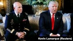 Герберт МакМастер (солдо) менен президент Дональд Трамп.