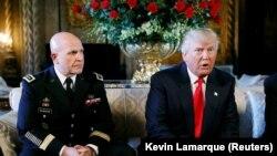 Президент США Дональд Трамп и генерал-лейтенант Герберт Макмастер (слева).
