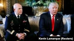 Президент США Дональд Трамп (п) і генерал Герберт Макмастер