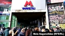 Натовп біля станції метро «Варкетілі» у Тбілісі, Грузія, 30 січня 2018 року