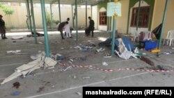 Мешіт жанындағы сайлаушылар тіркейтін орында жарылыс болған жерді тексеріп жүрген адамдар. Хост уәлаяты, Ауғанстан, 6 мамыр 2018 жыл.