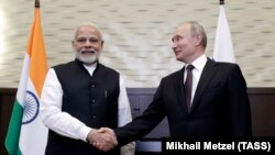 Владимир Путин Индиянын премьер-министри Нарендра Моди менен. Сочи, Орусия. 21-май, 2018-жыл.