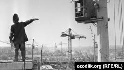 В Ташкент прибыли десятки тысячи строителей со всех концов СССР после землетрясения 1966 года