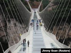Тестування скляного мосту «Дорога у хмарах». Китай, провінція Хунань, 25 червня 2016 року
