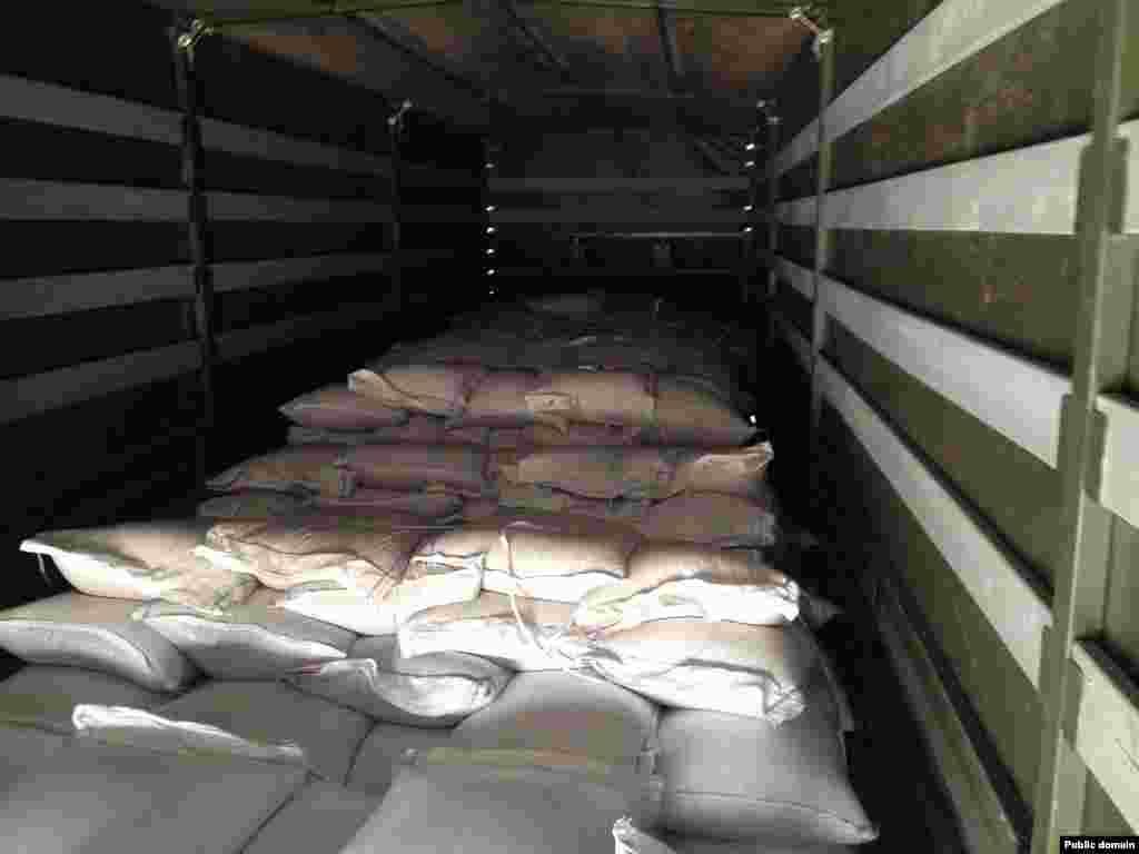 Водії «гуманітарного конвою» Росії показали вміст своїх вантажівок у таборі поблизу населеного пункту Каменськ-Шахтинський, Ростовської області, 15 серпня 2014 року