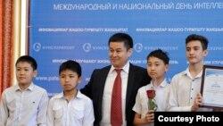 Кыргызпатенттин жетекчиси Досалы Эсеналиев жаш ойлоп табуучулар менен