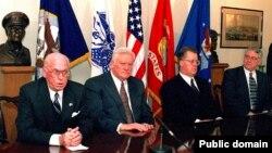Президенты стран Балтии Леннарт Мери, Альгирдас Бразаускас и Гунтис Улманис в Пентагоне во время подписания соглашений по безопасности военной информации. 1998 год