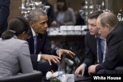 G20 саммитінде АҚШ президенті Барак Обама (сол жақта) мен Ресей президенті Владимир Путин (оң жақта) сөйлесіп отыр. Түркия, Анталия, 15 қараша 2015 жыл.