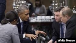 Президент США Барак Обама (слева) проводит встречу с президентом России Владимиром Путиным в кулуарах саммита G20 в Анталии. Турция, 15 ноября 2015 года.
