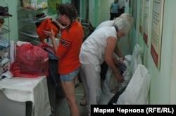 Волонтеры на пункте сбора гуманитарной помощи Красного Креста в Иркутске