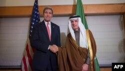 Госсекретарь США Джон Керри (слева) с министром иностранных дел Саудовской Аравии Аделем аль-Джубейром.