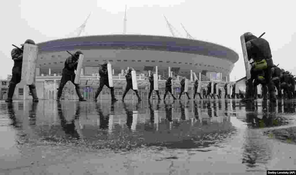 Расейская паліцыя трэніруецца каля новага футбольнага стадыёну ў Санкт-Пецярбургу, дзе будуць праходзіць матчы сёлетняга Чэмпіянату сьвету. (AP Photo/Dmitri Lovetsky)
