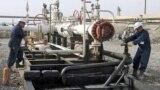 عمال في حقل تاوكي النفطي قرب دهوك