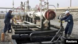 عمال في منشأة نفطية بحقل تاوكي قرب دهوك