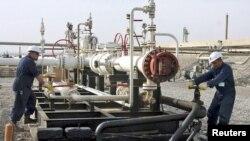 عمال في حقل طاوكي النفطي قرب دهوك
