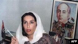 بی نظير بوتو در کنار عکسی از پدرش، ذوالفقار علی بوتو، نخست وزير پيشين پاکستان