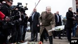 Франциянын ички иштер министри Бернар Казнөв Копенгагендеги жөөт жамаатынын таатканасы-синагогага гүлчамбар коюуда. 15-февраль