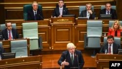 Британиянын тышкы иштер министри Борис Жонсон Косово парламентинде сүйлөп жатат.