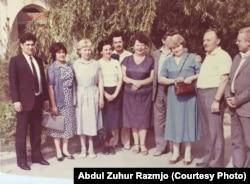 Абдул Зухур з жонкай Пары (стаяць зьлева) і савецкія дарадцы