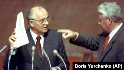Момент на унижение: След неуспешния преврат срещу него, Горбачов е принуден от руския президент Борис Елцин да прочете списъка с заговорници на извънредно заседание на Върховния съвет на Русия в Москва на 23 август 1991 г.