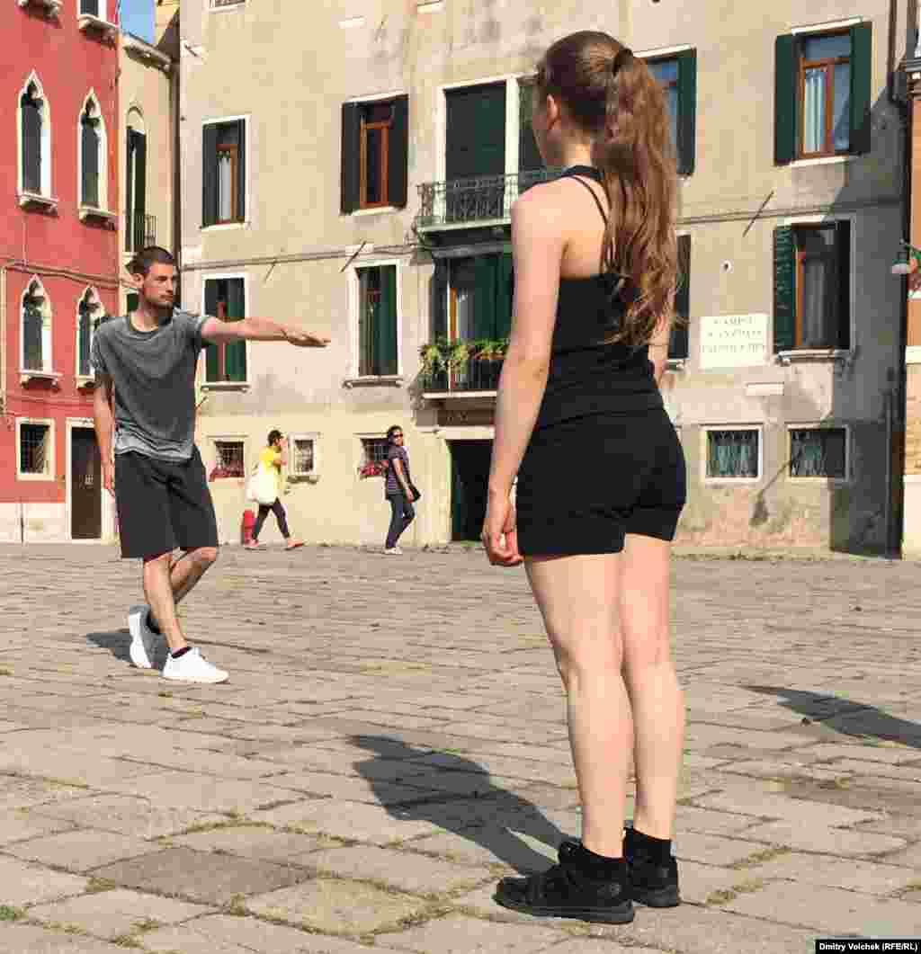 В танцевальных перформансах на площадях участвуют студенты Колледжа Биеннале.