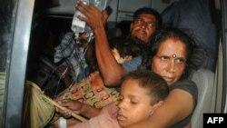 Батьки везуть отруєних дітей до лікарні в місті Патна, столиці індійського штату Біхар, фото 16 липня 2013 року