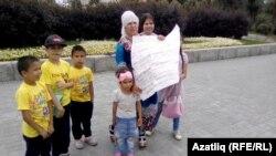 Илсөяр Вәлиева балалары белән Ирек мәйданында