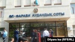 У Аль-Фарабийского районного суда в Шымкенте. 25 апреля 2016 года.