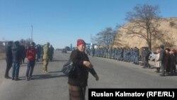 Сотрудники сил безопасности и участники акции протеста на участке трассы в Базар-Коргонском районе Джалал-Абадской области Кыргызстана. 27 февраля 2017 года.