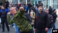 Проросійські активісти в Одесі кидають камінням в учасників проукраїнського мітингу, 10 квітня 2014 року
