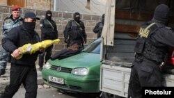 Հայաստան – Անվտանգության ծառայությունները առգրավում են զինված հանցախմբի տանը հայտնաբերված զենքերը, 25-ը նոյեմբերի, 2015թ․