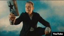 Дэвид Боуи в видеоклипе композиции со своего последнего альбома Blackstar