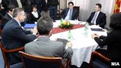 Архивска фотографија: Средба меѓу лидерите на ВМРО-ДПМНЕ и на СДСМ, Никола Груевски и Бранко Црвенковски.