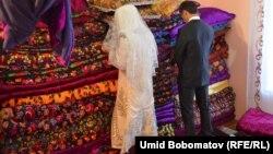 Жених и невеста на свадьбе в Таджикистане. Иллюстративное фото.